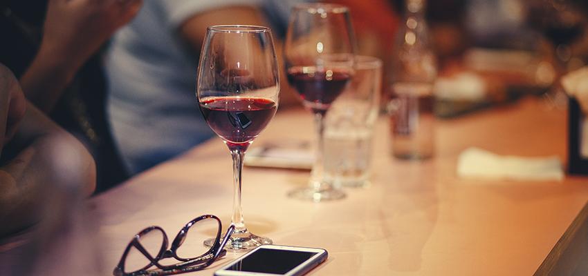 Um brinde! Vinho faz bem para a saúde ocular?